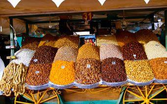 Getrocknete Früchte eines Marktstands auf dem Djemaa el Fna Platz in Marrakesch