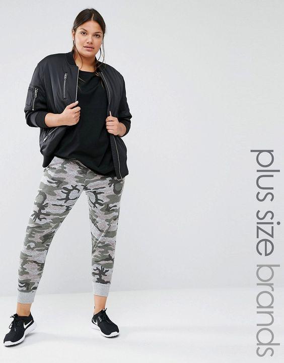 Boohoo Plus - Pantalon de jogging décontracté imprimé camouflage partie d'un ensemble