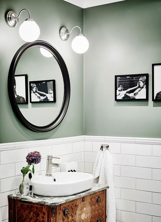 En trend inom badrum detta år är halvkaklade väggar med målade ovanför i milda toner. Här är ett underbart grönt badrum att inspireras av!