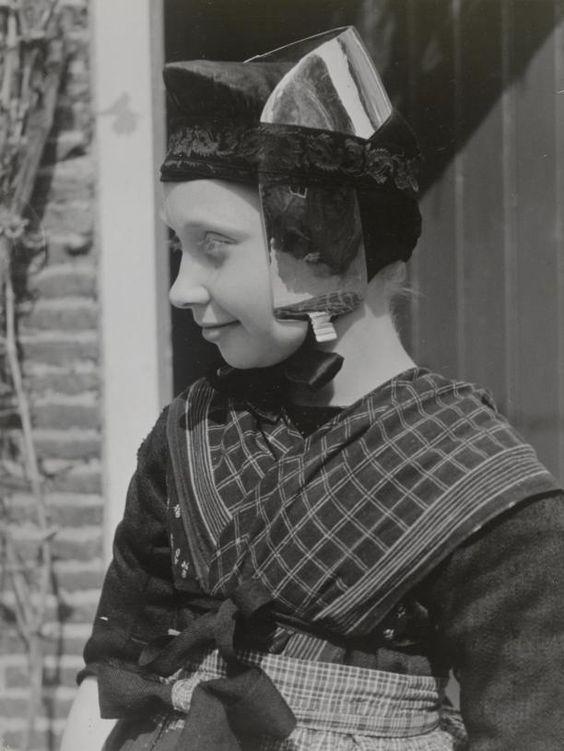 Meisje met oorijzer, Staphorst, 1944