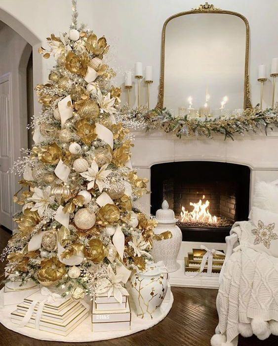 Pin By Alejandra Londono On Christmas In Gold Glam Christmas Decor Elegant Christmas Decor Gold Christmas Decorations