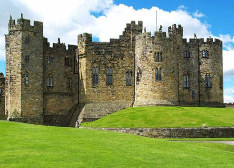 Alnwick Castle, England - Harry Potter and The Sorcerer's Stone: Castle Alnwick, Captivating Castles, Castles Uk, Amazing Castles, Castles Palaces, Dreamy Castles, Castles Castillos
