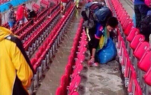 Torcedores do Japão limpam estádio após derrota na Copa do Mundo