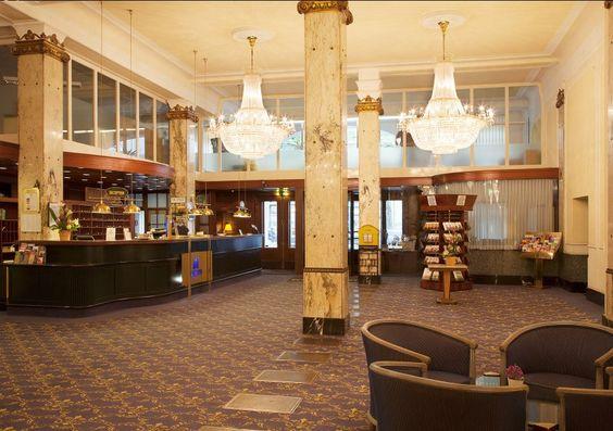 Die Eingangshalle des Reichshof: Dunkles Holz, Teppiche und sehr viel Marmor prägten den ersten Eindruck. Vom Mobiliar bis zu den notwendigen Hinweisschildern findet sich kaum ein Stilbruch - das Hotel sieht noch heute weitestgehend so aus, wie es 1906 geplant und 1910 eröffnet worden war.