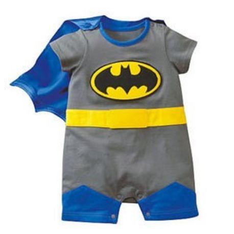 Ensemble Super Héro gris  Cette combi Super héro accompagnée de sa cape bleu détachable sera un cadeau de naissance original, parfait pour un super bébé.