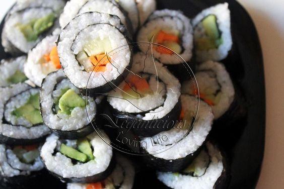- Zanahoria, Aguacate, Pepino, Arroz, Alga Nori. Cocer el arroz.Pelar y cortar las verduras. Una vez cocinado el arroz, dejamos que se enfríe. Colocamos el arroz por encima de la superficie del alga nori. Ponemos en mitad el relleno (la zanahoria, pepino, aguacate) Enrollamos y prensamos los rollitos. Para ayudar a cerrarlo, aplicamos una banda de agua a lo largo del borde del alga para sellar el rollo de maki. Cortamos los rollos en 6-8 trozos Servir con salsa de soja y wasabi.