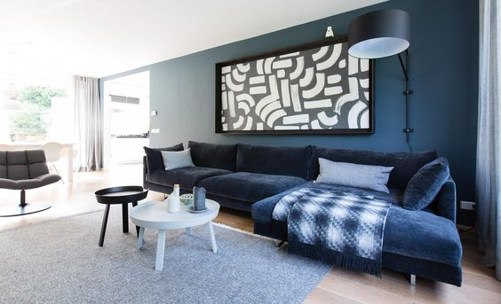 Blauw in je interieur | diepblauwe wand in woonkamer @vtwonen