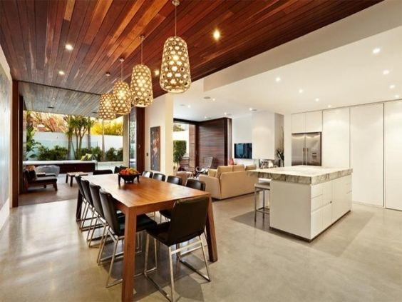 wohnzimmer küche holzdecke goldene pendelleuchten weiße ...