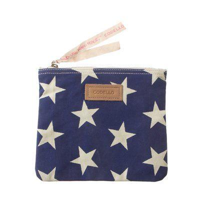 Codello loves bags! In dieser kleinen Tasche finden Sie Platz für Ihre wichtigsten Dinge, wie zum Beispiel allerlei Beautyprodukte. Die bunten Muster sind ein wahrer Eyecatcher, damit fallen Sie garantiert auf. Die Tasche wird mit einem Reißverschluss verschlossen, so sind all ihre Dinge perfekt verstaut.