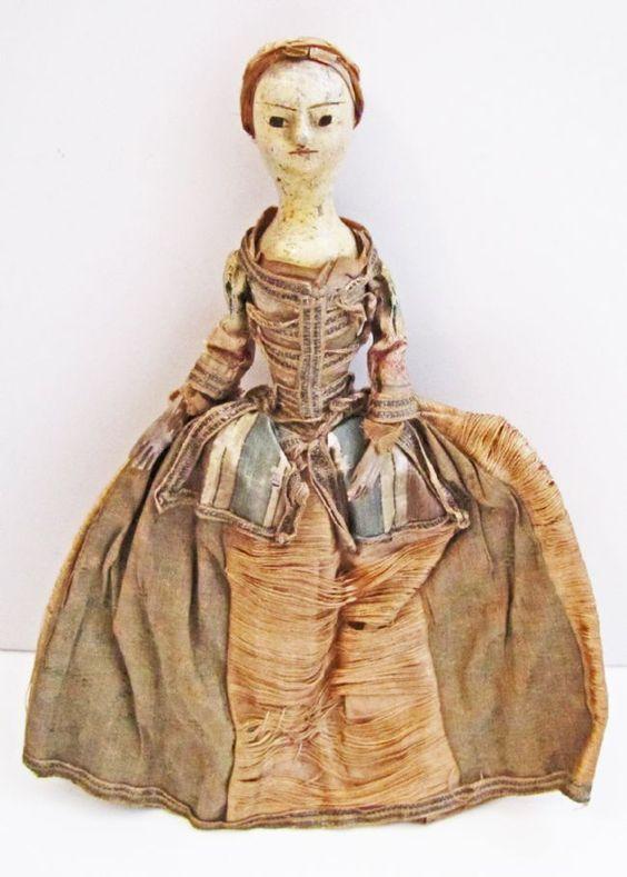 Deze kleine pop werd in 1770 gemaakt en werd uitgezonden door een stadsmodehuis om reclame te maken voor een mode van modieuze kleding die besteld kon worden. De jurk is een kleine schaal die zou worden gesneden en aangepast voor een rijke klant. Dit was nodig voor vrouwen die slechts één of twee keer per jaar een grote stad bezoeken om kleding te laten maken. © Bradford Museums and Galleries