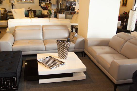Juego de sala con sofás de 2 plazas y mesa de centro blanca con detalles negros