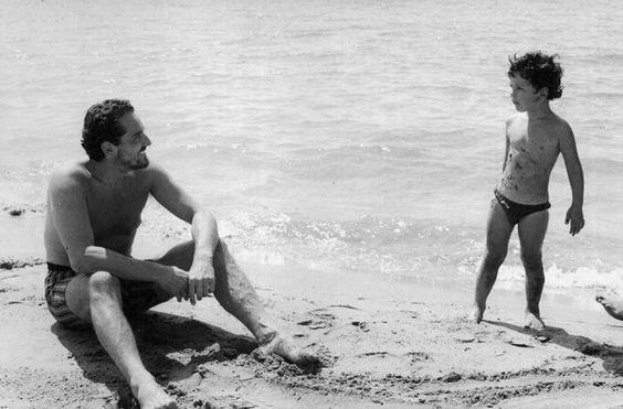 Giochi in spiaggia a Torvaianica, per Vittorio Gassman con il figlio Alessandro, avuto dall'attrice francese Juliette Mayniel da cui si separerà nel 1968.