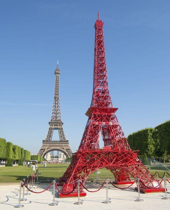 HAPPY BIRTHDAY ! Tout comme la tour Eiffel, la célèbre chaise Bistro de Fermob fête ses 125 ans ! Pour cette occasion, 324 chaises se font la courte échelle pour former une deuxième Tour Eiffel !   Une édition limitée de la chaise Bistro est disponible dans notre boutique de @beaugrenelle Paris et sur notre su notre site ► http://www.oeildujour.com/details-chaise-bistro-coquelic-s-limitee-125-ans-fermob,fer0101677