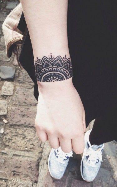 Tatouage poignet dentelle. D\u0027autres tatouages \u003e  http//www.elle.fr/Beaute/Maquillage/Tendances/Tatouage,poignet/Tatouage, poignet,dentelle