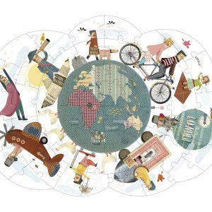 Un puzzle extralarge da 52 pezzi, originale nella forma tondeggiante a nuvola, raffigura un gruppo di viaggiatori originali e simpatici. Il globo centrale può essere separato dal resto ed è reversibile… per poterlo assemblare in maniera diversa a seconda dell'emisfero in cui ci troviamo!
