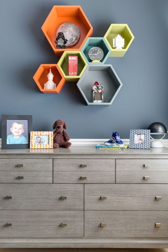 Space-Inspired Big Boy Room Decor - super-cool shelf styling in this boys room!