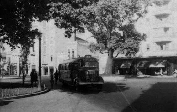 Uma bela foto do Largo do Arouche em 1943 em São Paulo/SP onde vemos o Ônibus Praça do Patriarca - Perdizes linha 37. (Foto e texto Maria Lourdes Pereira publicado em Memórias Paulistanas):