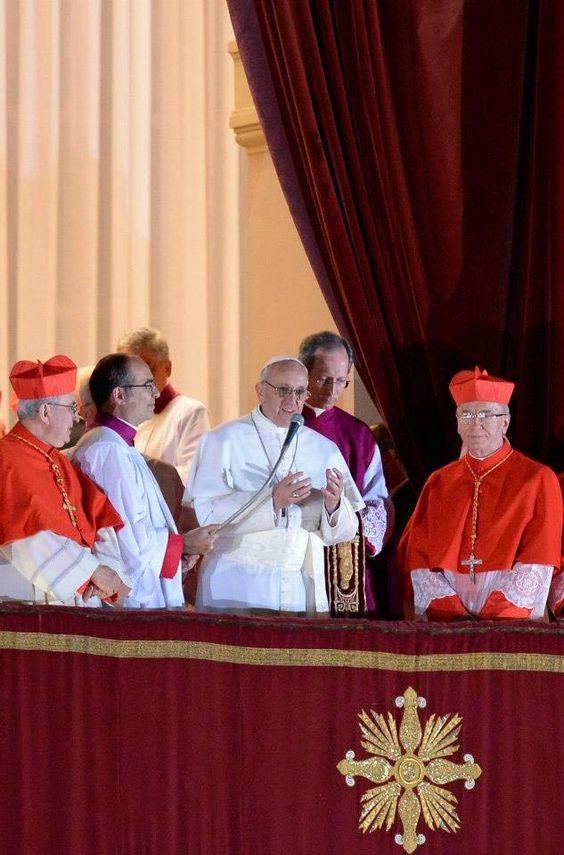 El papa saludando