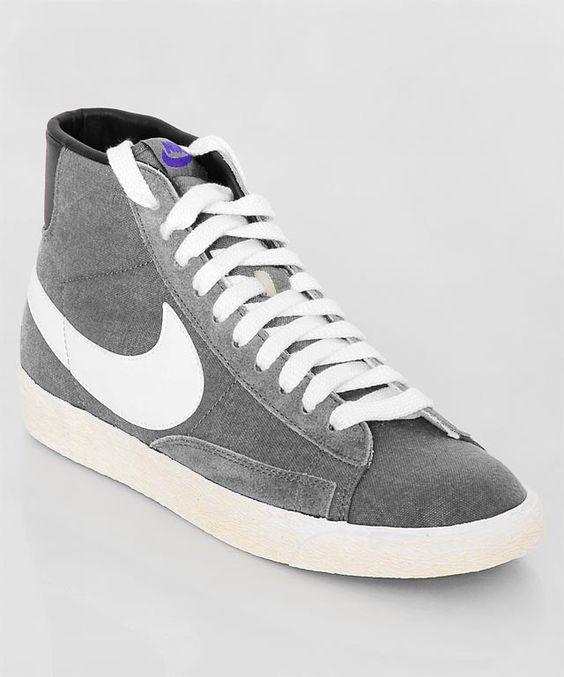 Frisch eingetroffen: der Nike Blazer High Vintage ND grey. Der beliebte Blazer in der schlichten, grauen Vintage Variante mit tollen, lilafarbenen Akzenten. Get it here: http://www.numelo.com/nike-blazer-high-vintage-p-24390748.html