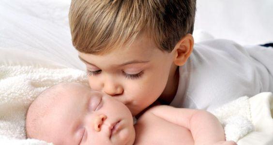 5 trucs à éviter avec son aîné quand bébé arrive - Drôles de mums