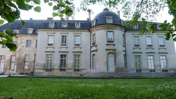 Façade Est du château de Champlitte en 2011.