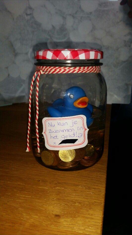 Leuk idee voor iemand die geld als cadeau wil: een pot met geld, water en een eendje erin met de boodschap: nu kun je zwemmen in het geld!