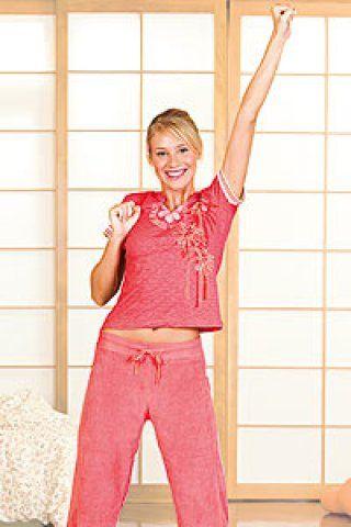 4. Yoga-Lift - Um schon morgens fit in den Tag zu starten, turnen Sie sich spielerisch fit – das macht Spaß und gleich gute Laune.