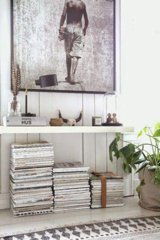 Uma prateleira e uma gravura gigante podem resolver uma parede branca.
