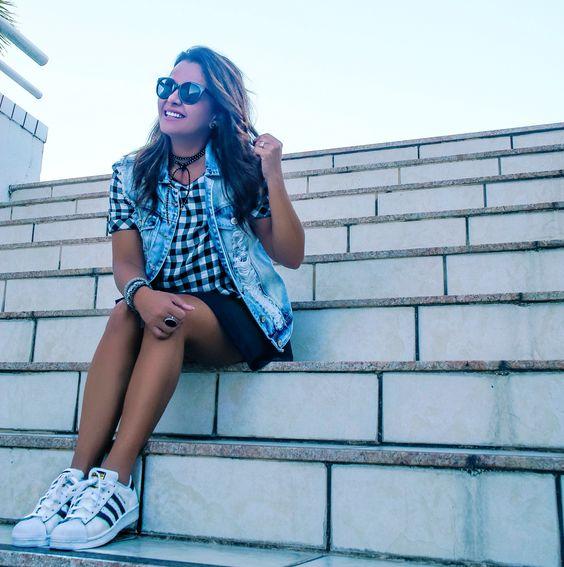 Cropped xadrez, jaqueta jeans, vestido, vestido preto, sobreposição, tênis branco, look casual, look comfy, look final de semana, look despojado
