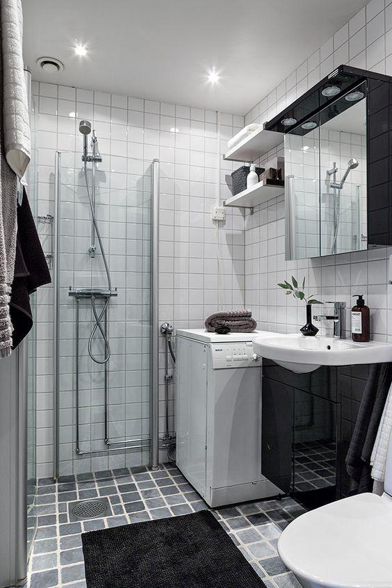 Badrum med tvättmaskin och golvvärme