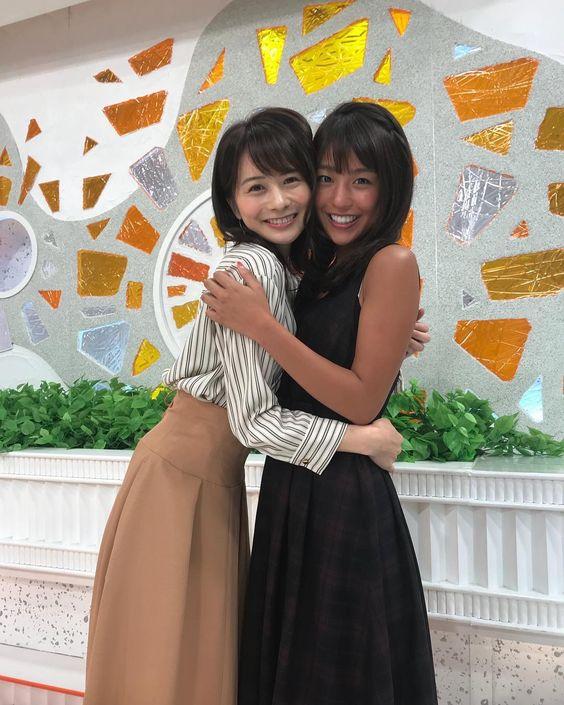 仲良く抱き合う岡副麻希の美人でかわいい画像