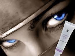 Forever Alluring Eyes™ Działa przeciwobrzękowo; Ujędrnia skórę wokół oczu na długi czas; Doskonale kryje tzw. sińce pod oczami; Działa przeciwzmarszczkowo i regenerująco; Świetnie nadaje się jako wstęp do makijażu oczu; Jest bardzo wydajny.