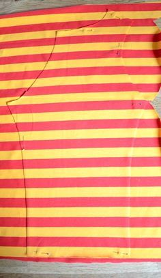 """Wie du Ärmel für ein Shirt aus Streifen nähst, die hinterher schön symmetrisch sind erfährst du in diesem Foto-Tutorial. Ich verwende hier das Ärmelschnitteil des Schnittmusters """"Bethioua Kids"""". Das Prinzip lässt sich selbstverständlich auch auf andere Ärmelformen anwenden. Für dieses Tutorial habe ich Biostoffe von Nicibiene vernäht.…"""