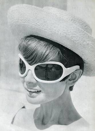"""La actriz Audrey Hepburn fotografiada por Terry O'Neill durante el rodaje de """"Two for the Road"""", en la Riviera Francesa, en 1966.  -Audrey llevaba gafas Oliver Goldsmith"""