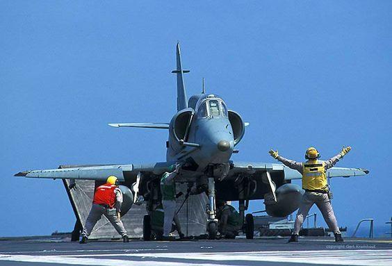 AF-1 Decolagem A-12AF-1 A-4 Skyhawk preparando decolagem do A-12. (Foto Serviço de Relações Públicas da Marinha do Brasil).