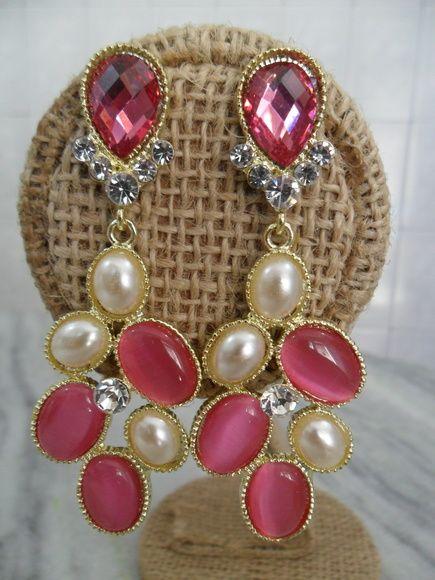 Brinco confeccionado com peças em metal dourado,e aplicações de chatos pink e perola.  Possuem strass branco.    (PRODUTO A PRONTA ENTREGA) R$ 20,00