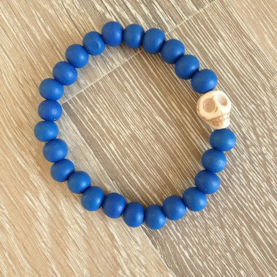 Armband van 8mm koningsblauw hout met een witte howliet skull. Van JuudsBoetiek, €3,50. Te bestellen op www.juudsboetiek.nl.