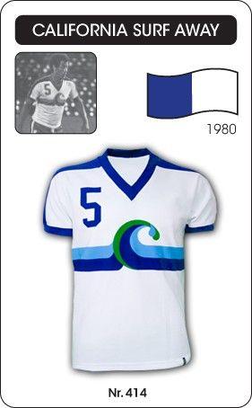 California Surf voetbalshirt 1980/1981 (uitshirt)   Dit voetbalshirt (uitshirt) droeg Carlos Alberto Torres toe hij bij California Surf speelde in 1981. California Surf was een Amerikaanse voetbalclub die uitkwam in de NASL (voorloper Major League Soccer). California Surf wist zich meerdere te kwalificeren voor de playoffs, maar is uiteindelijk nooit verder gekomden dan de eerste ronde. De Braziliaanse superverdediger Torres (genereatie Pelé) speelde in 1981 voor California Surf. Ze wisten…