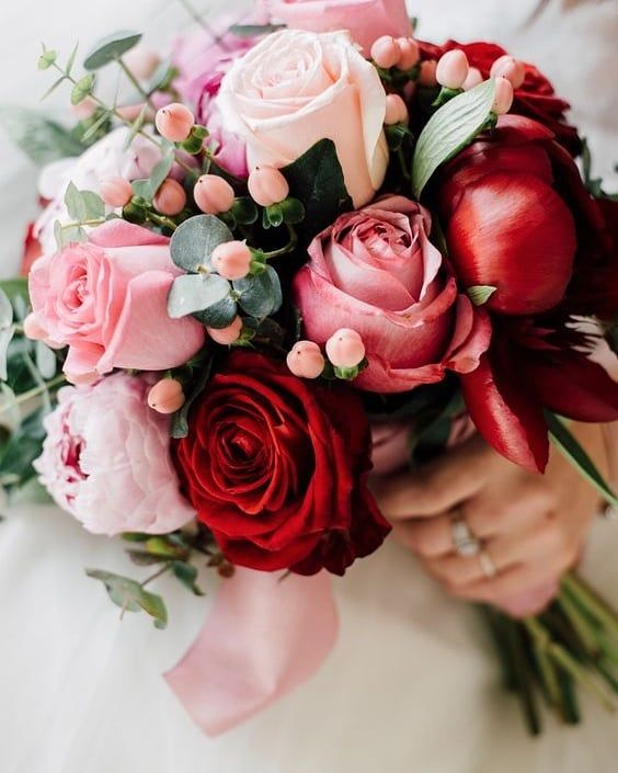 oses for a bouquet is a classic choice. Photo by Serena Genovese Photography #micamaraph #weddings #weddingideas #weddinginspiration