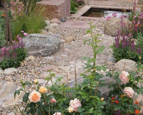Kies In Unterschiedlichen Grossen Findlinge Feldsteine Plus Sandsteinquader Als Sitzmauer Garten Kiesgarten Garten Ideen