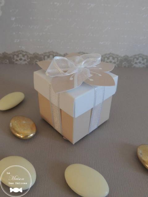 Contenant à dragées mariage de forme cubique, et son étiquette fleur. De couleur taupe/lin. http://www.maison-des-delices.fr/contenants-a-dragees-mariage-boite-431