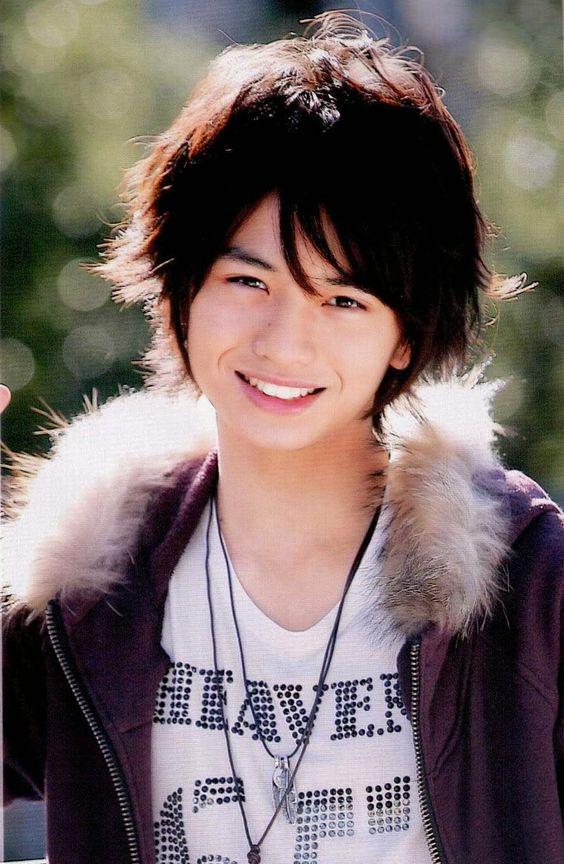 爽やかな笑顔を見せる中島健人