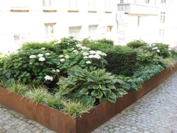 Beet modern Cortenstahl Schattenpflanzen Segge Eibe Horta