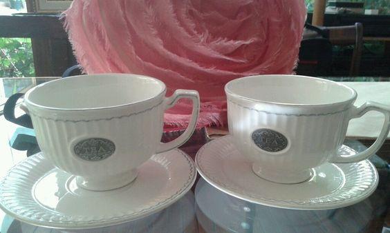 Taza de té con plato en porcelana color blanco con logo metal