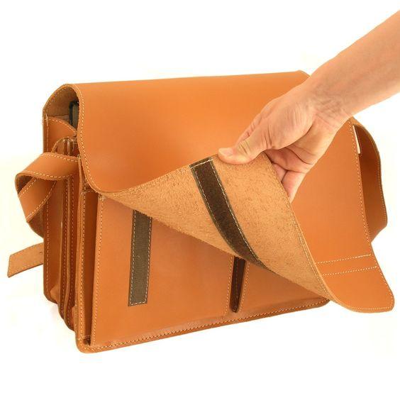 Strapazierfähige Aktentasche aus dickem, stabilem Leder. Zwei A4-Aktenordner, ein 15 Zoll Notebook, Thermosflasche, Vesperdose, Kalender, Brille und Stifte-Mäppchen haben gut darin Platz. Der flexible Überschlagdeckel der Umhängetasche wird mit Klettverschlüssen fixiert. Diese große Jahn-Tasche eignet sich gut als Lehrertasche. Modell 675 in Cognac-Braun. 149,00 €