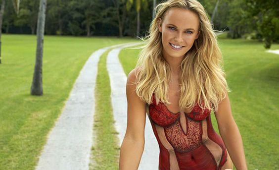 La tenista danesa Caroline Wozniacki ha sido la protagonista de una sesión de pintura sobre cuerpo desnudo en la revista 'Sports Illustrated'