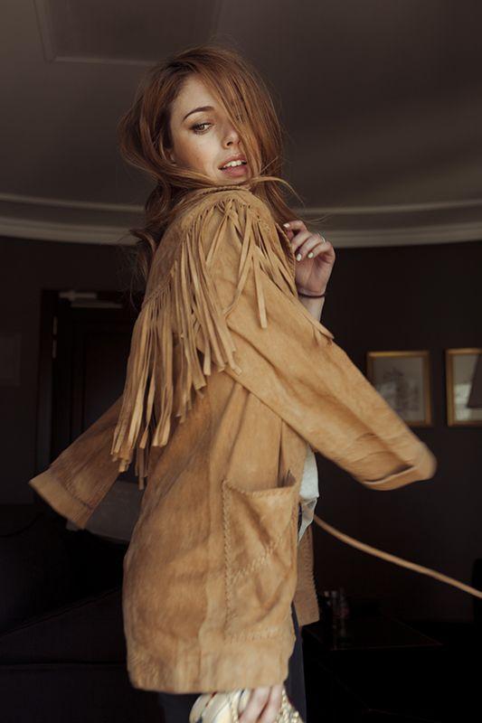Chaqueta de beige de ante con flecos de By Danie, jeans pitillo de Levi´s, camiseta de American Vintage y sandalias de Stuart Weitzman