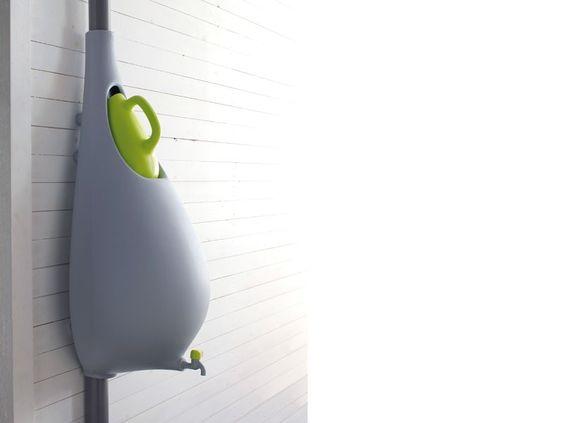Regenton in modern design    De gieter wordt gevuld met regenwater, als deze vol is komt de rest in de regenton en regenpijp.  € 199,00