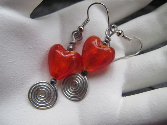 These earrings are pleasing to the eye. They fit at clasiek but also as a contrast to a more sporty uitfit.