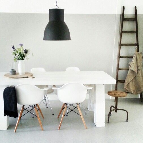 Wit grijs zwart hout chairs table trapje for Interieur zwart wit grijs